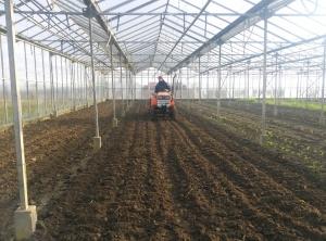 Isabel cultiveert een bed dat a.s. zaterdag beplant gaat worden